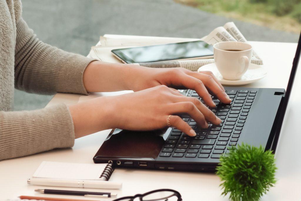 パソコンをする女性